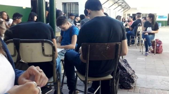 Gral. Rodríguez: En la Escuela Secundaria 6, dan clases en el patio