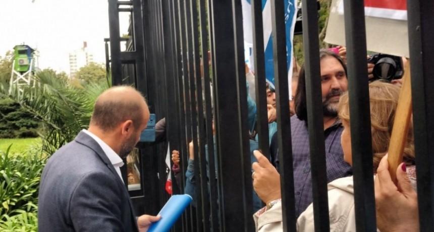 Bajo la lluvia, a los docentes les cerraron la puerta de la Gobernación