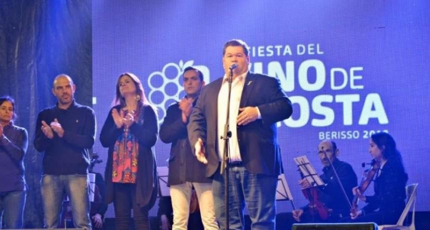 Berisso: Pese a la crisis, el intendente Nedela canta boleros en una fiesta local