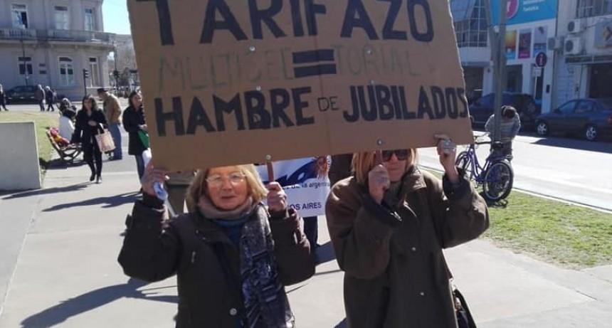 Junín: Multisectorial de Jubilados protestaron frente a la municipalidad