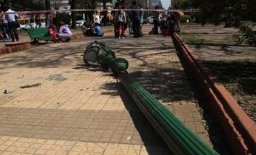 La Plata: Luego de la caída de una farola en Plaza Rocha, inician una revisión de las luminarias