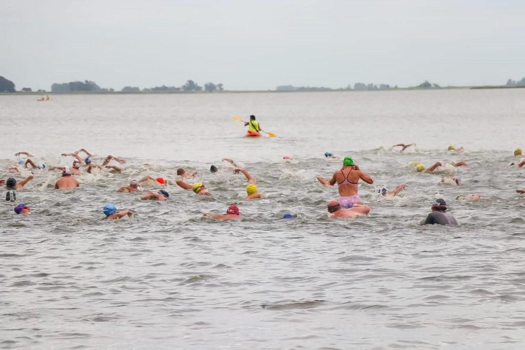 Junín: Con 160 competidores se realizó la tradicional competencia de natación Cruce Chico