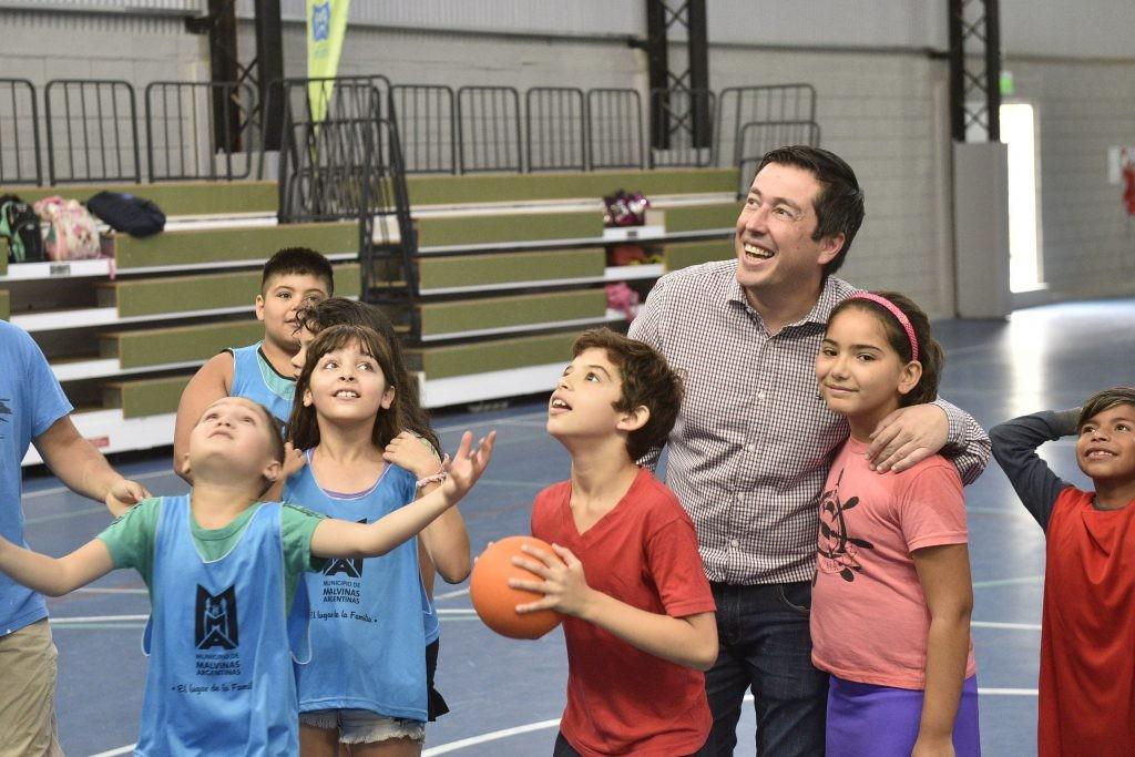 Leo Nardini visitó la colonia en el Polideportivo de Los Polvorines junto a intendente catamarqueño