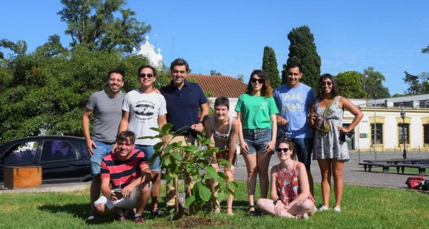 Luján: Boto junto a estudiantes de la UNLu colocaron un nuevo ombú en la plaza Belgrano