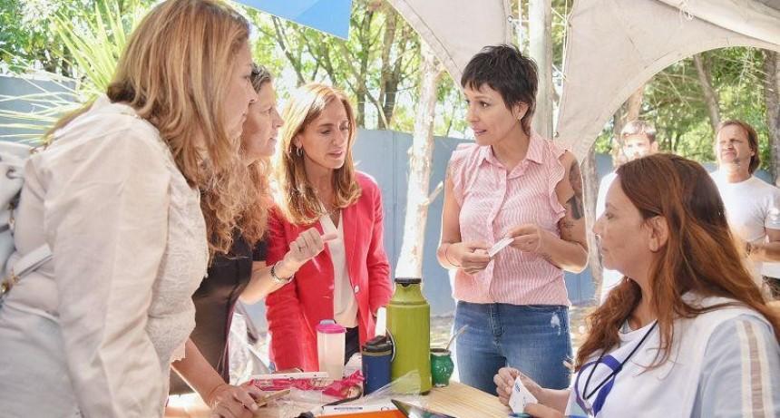 Quilmes: Mayra y Tolosa Paz en una nueva jornada de entrega de Tarjeta AlimentAR