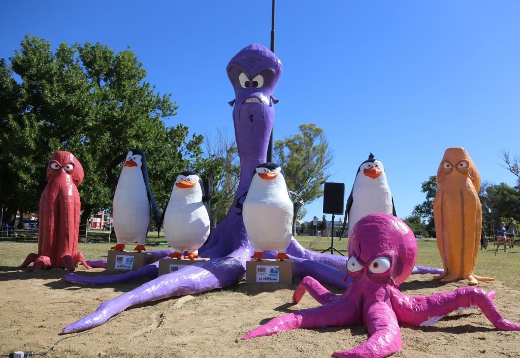 """La Plata: """"Los pingüinos de Madagascar"""", de 27 y 32, resultaron ganadores del Mejor Muñeco de fin de año"""