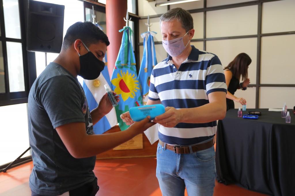 Esteban Echeverría: Fernando Gray entregó anteojos a los vecinos y vecinas del distrito