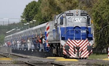 Usuarios del Ferrocarril San Martín molestos por el deficiente servicio de trenes