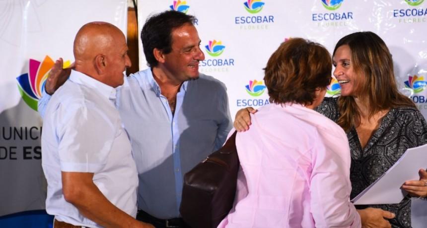 Escobar: El jefe comunal junto a Fernanda Raverta entregó escrituras a más de 80 familias