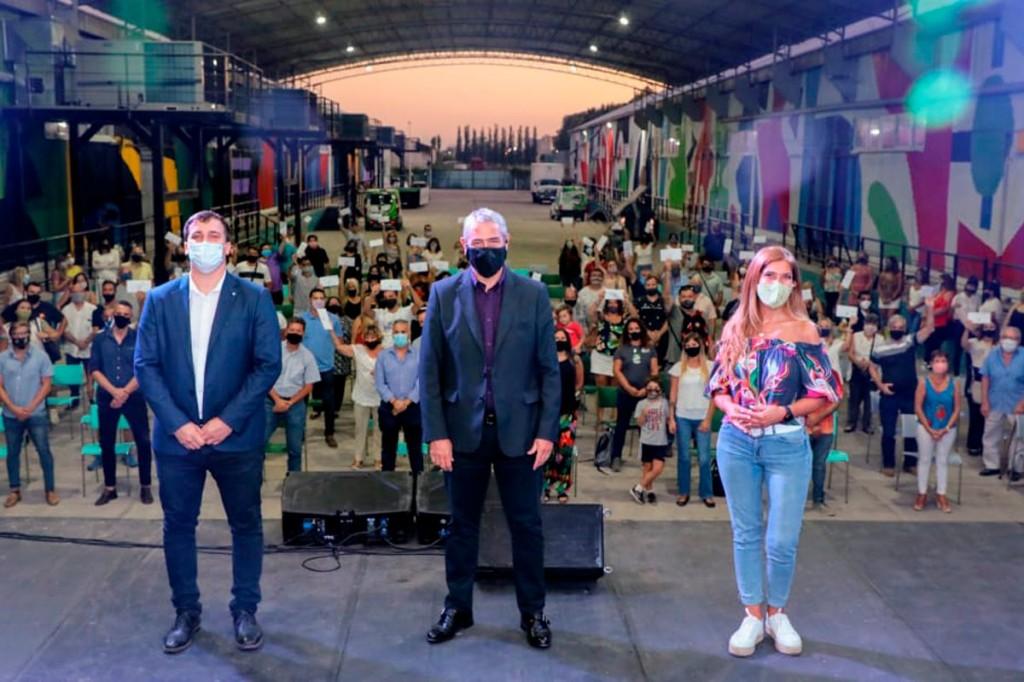 Avellaneda: El intendente Chornobroff junto con el ministro Ferraresi y Magdalena Sierra entregaron subsidios a instituciones del distrito