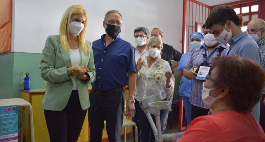 Ituzaingó: Magario y Descalzo visitaron el centro de vacunación de la escuela primaria Nº18