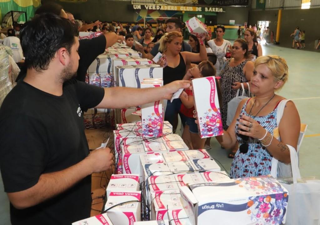 """Avellaneda: Comenzó la entrega de mochilas, guardapolvos y zapatillas del Programa """"De Punta en Blanco"""""""