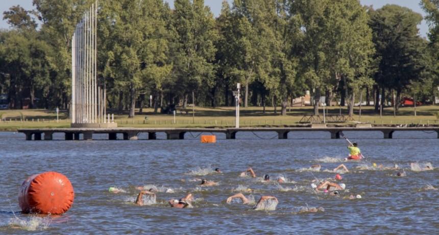 Junín: 45 nadadores participaron del exigente cruce de 10.000 metros en la Laguna de Gómez