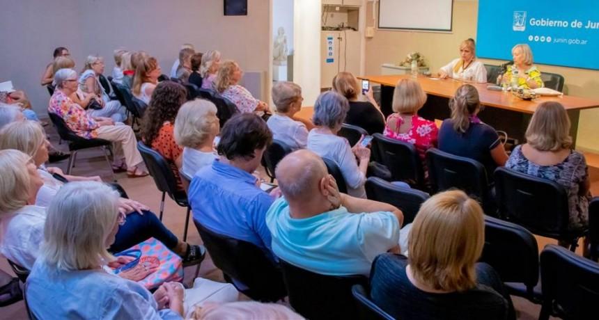 Junín: Por el mes de la Mujer, la escritora Silvia Iparraguirre realizó una charla