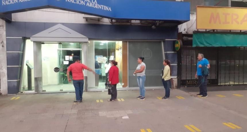 Alte. Brown: El Municipio pinta ingreso a cajeros bancarios, fijando distancia de prevención