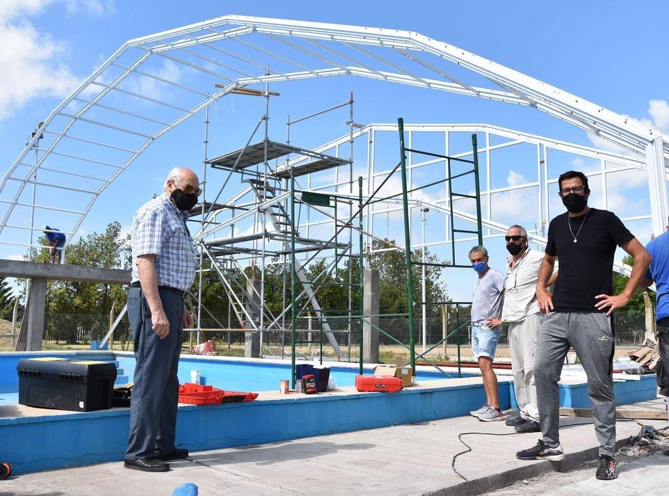 Tres Lomas: Avanza a buen ritmo el cerramiento del natatorio municipal