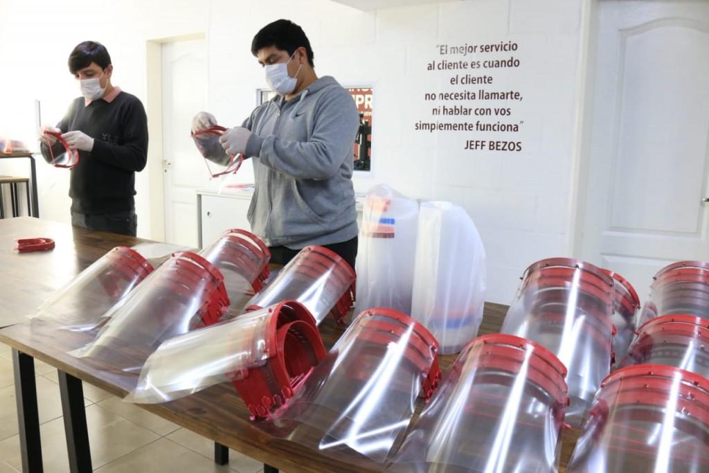 Emprendedores voluntarios de Lanús hicieron 600 máscaras de protección facial para trabajadores de salud