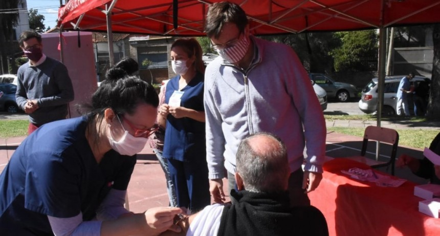 Morón: Lucas Ghi recorrió sedes del operativo de Vacunación Antigripal