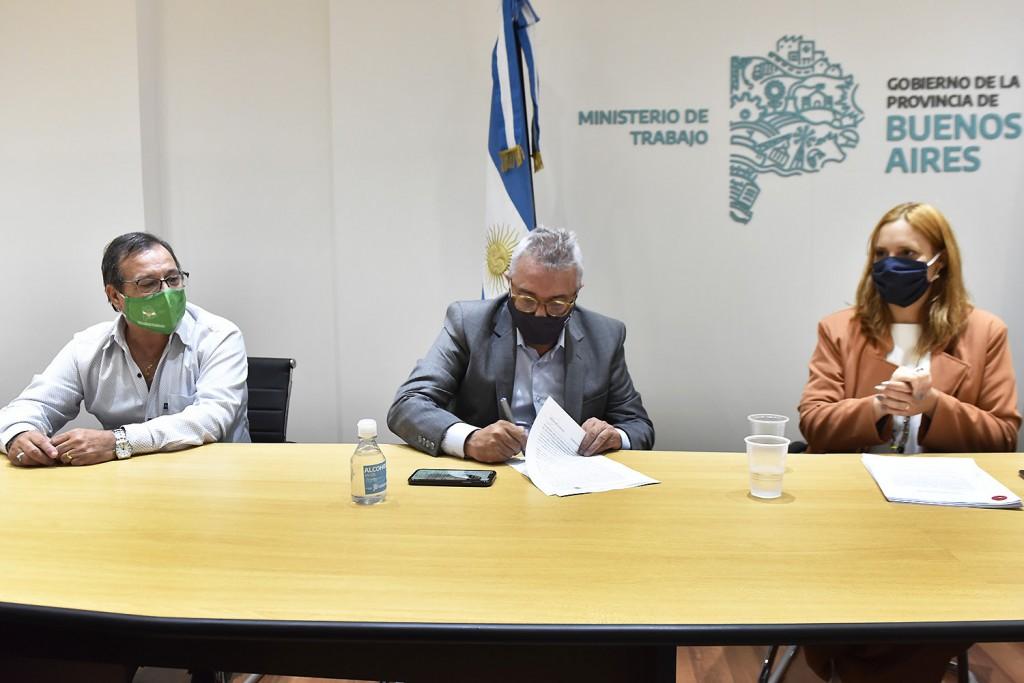 Julio Zamora y Mara Malec firmaron el primer convenio Colectivo de Trabajo para empleados municipales de Tigre