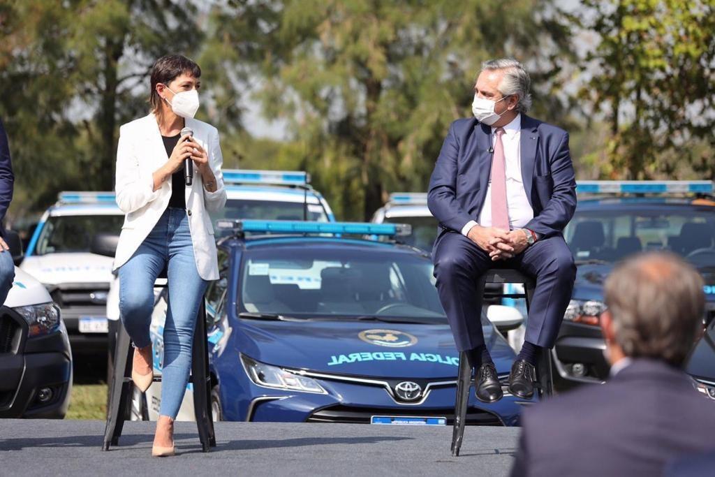 Quilmes: Mayra Mendoza junto a Alberto Fernández en el acto de entregas de Moviles