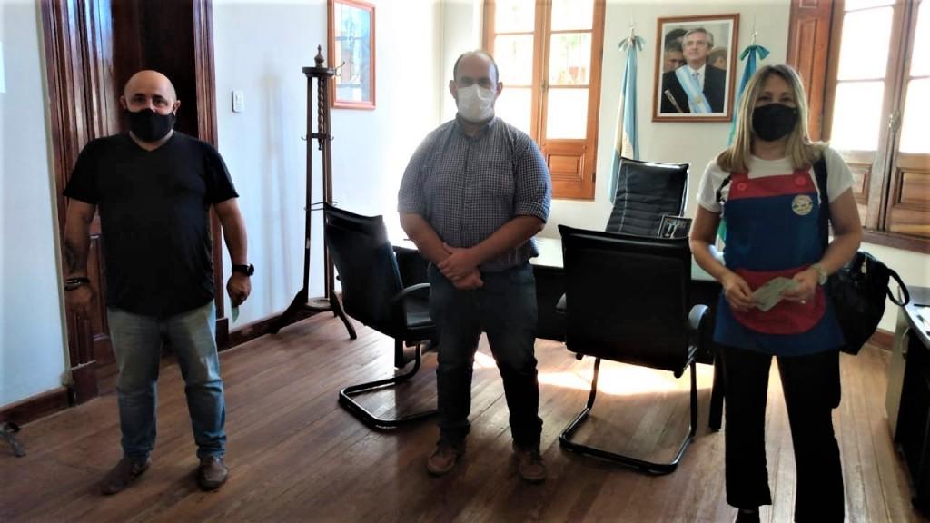 Baradero: El intendente entregó subsidios a instituciones educativas para seguir reconstruyendo las escuelas