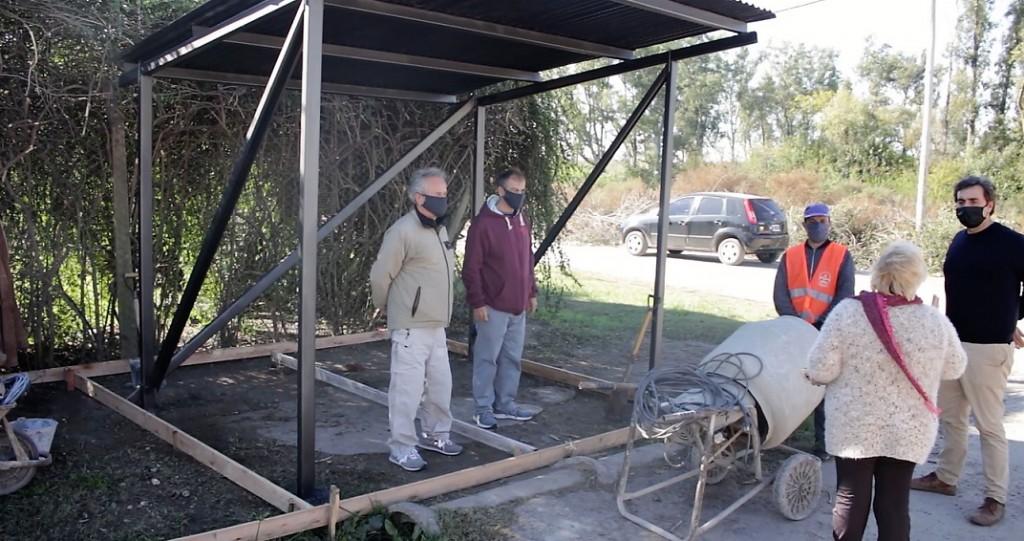 Luján: Construyen un refugio de colectivos pedido por los vecinos del barrio Santa Marta