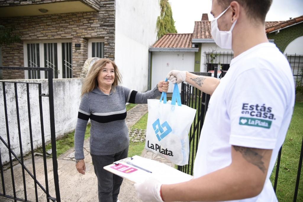 La Plata: El Municipio asistió a más de 900 adultos mayores con el servicio de mandados puerta a puerta