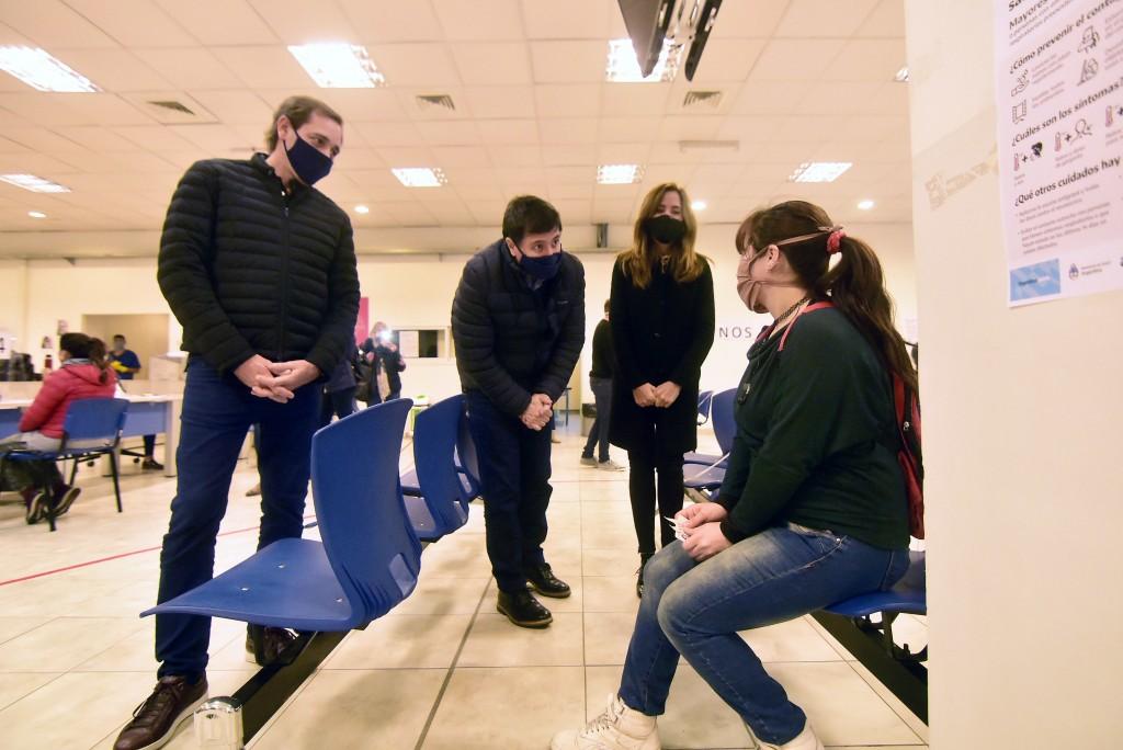 La Plata: Garro y Arroyo encabezaron una nueva entrega de las Tarjetas AlimentAR