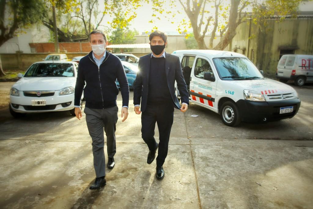 Fernando Gray y Axel Kicillof en la entrega de respiradores para Esteban Echeverría