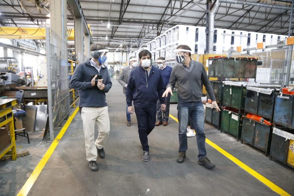Fernando Moreira recorrió la fábrica Escorial, habilitada para trabajar durante la cuarentena