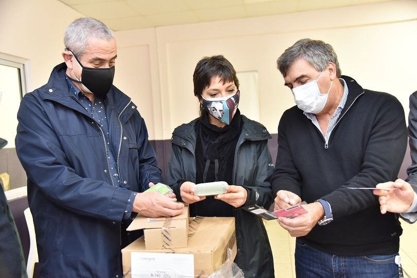 Mayra Mendoza y Jorge Ferraresi recibieron 3000 tarjetas telefónicas para los habitantes de Villa Azul