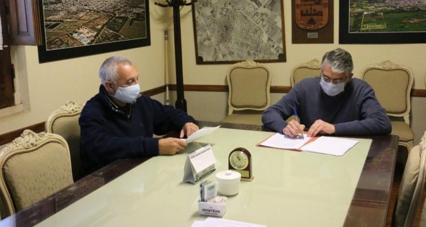 Carlos Puglelli firmó un convenio con el Ente Nacional de Obras Hídricas de Saneamiento