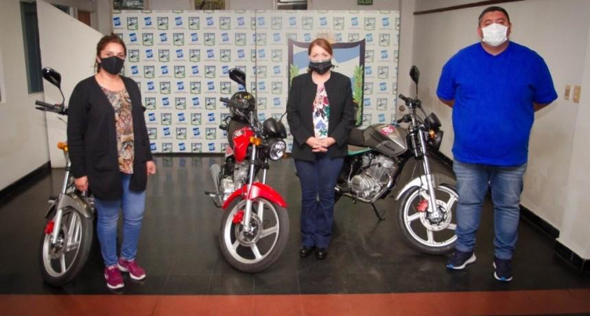 Pte. Perón: La intendenta Blanca Cantero recibió tres motocicletas 0Km donadas por los concejales Federico García y Laura Castillo