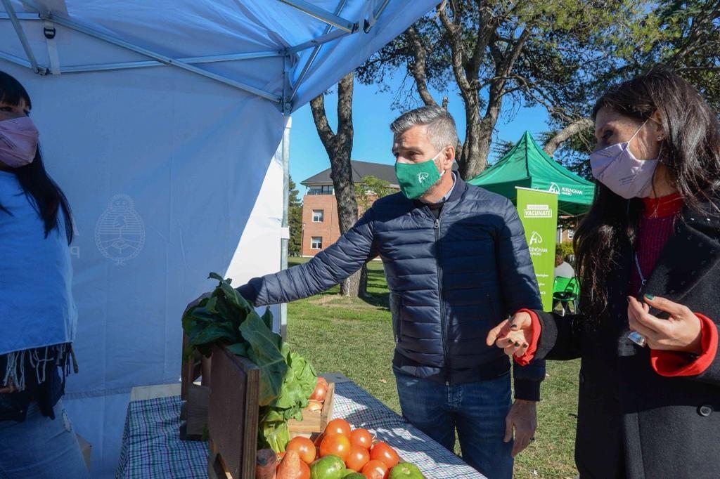 Hurlingham: Zabaleta y Paula Español recorrieron el Mercado Federal Ambulante en el distrito