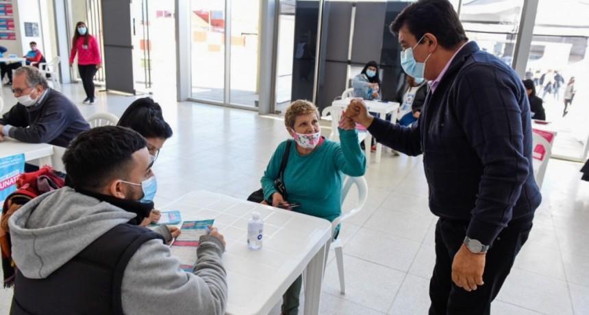 """Fernando Espinoza: """"Me llena de emoción que podamos ver la felicidad de cada uno de nuestros vecinos después de vacunarse"""""""