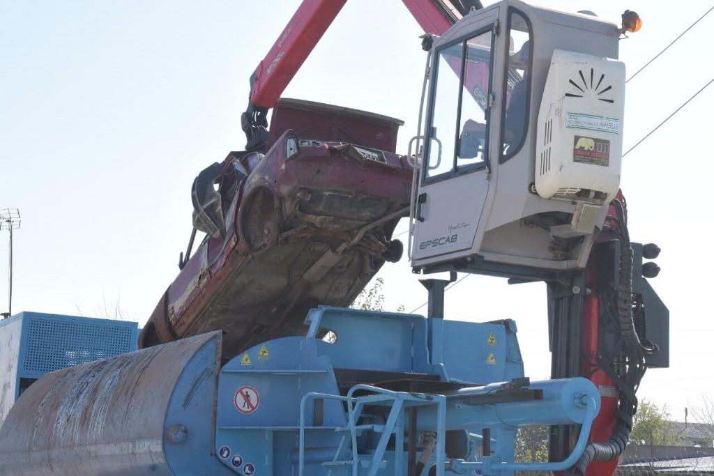 Ituzaingó: El municipio comenzó a compactar chatarra y vehículos abandonados