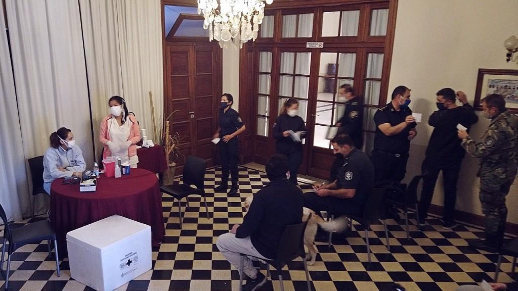 Suipacha: Efectivos de las fuerzas de seguridad recibieron la vacuna antigripal