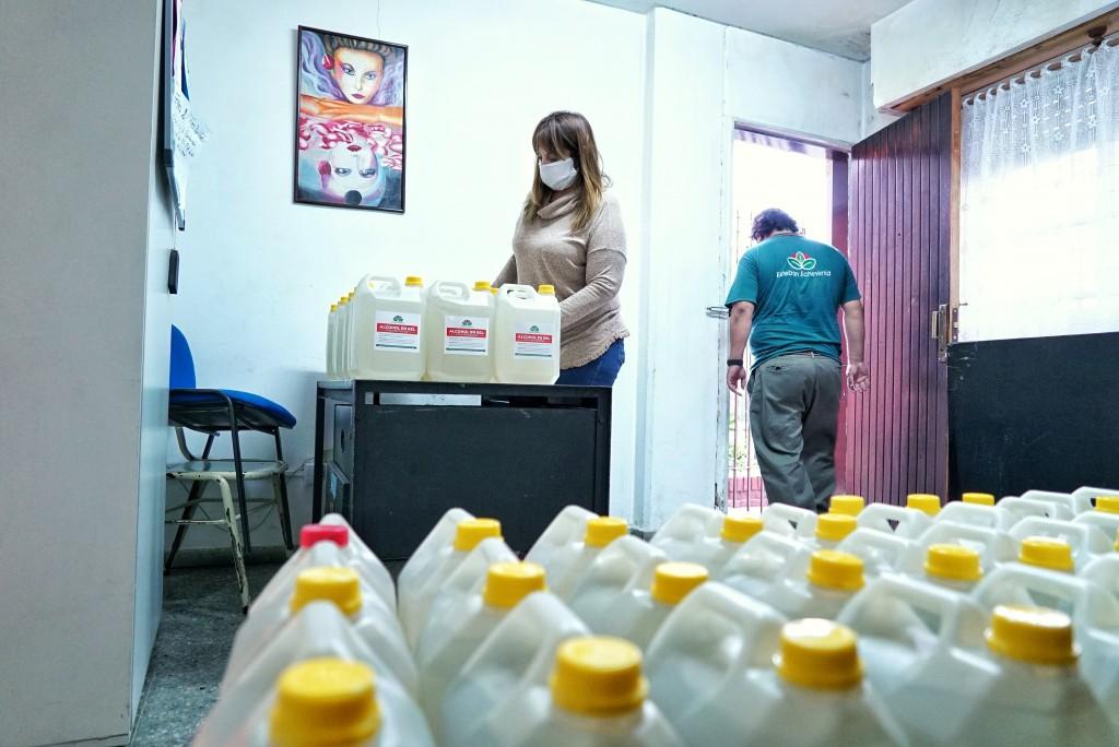Esteban Echeverría: El Municipio entregó 800 litros de alcohol en gel a instituciones educativas