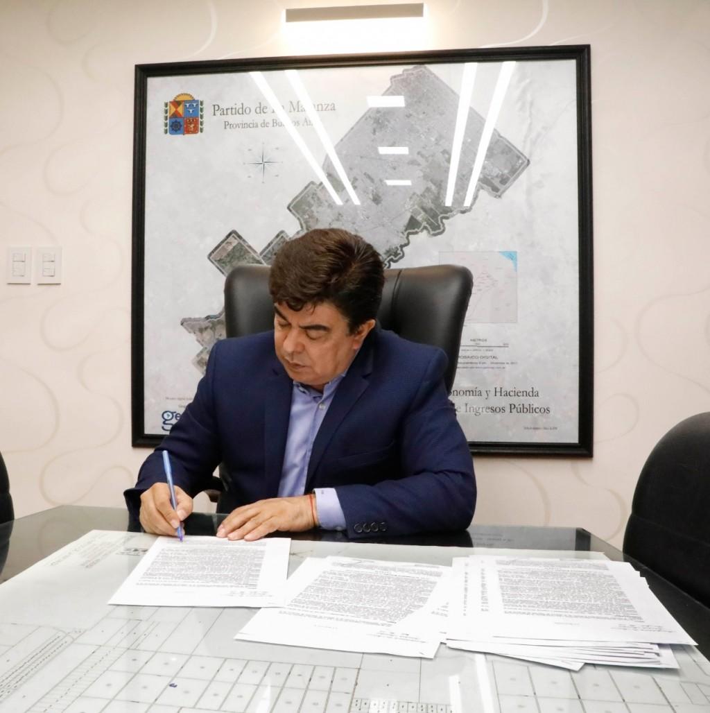 Fernando Espinoza anunció un bono de $12.000 para personal de salud y de emergencia abocados a la pandemia