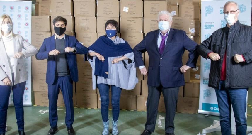 El gobernador Axel Kicillof entregó más de 200 respiradores a 44 municipios