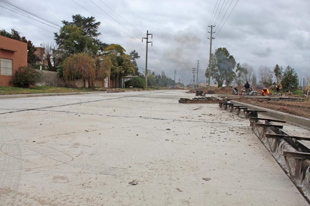 C. Casares: Avanza el asfalto en acceso Espil