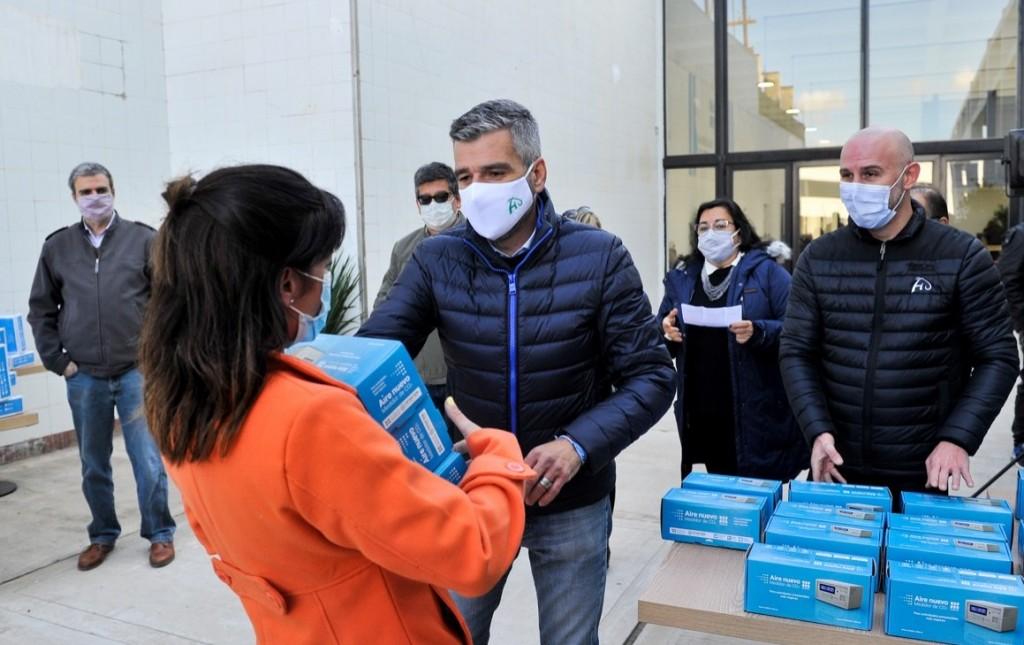 Hurlingham: Zabaleta y el vicerrector de la UNAHUR, entregaron medidores de dióxido de carbono a todas las escuelas del distrito