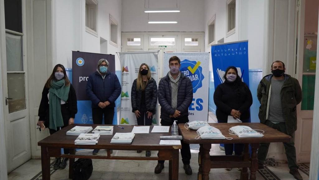 Mercedes: El Municipio junto al gobierno provincial hizo entrega de libros y kits escolares