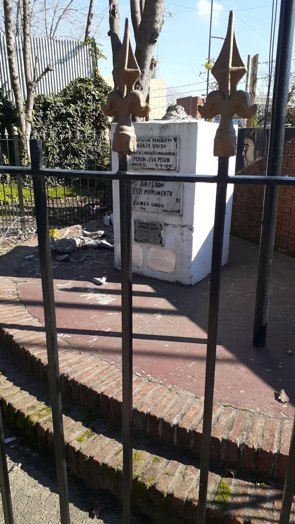 Lanús: El municipio repudia el vandalismo contra el busto de Juan Domingo Perón en Villa Caraza