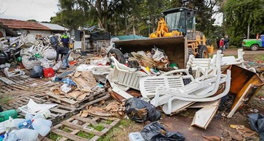 Pinamar: Con equipamiento municipal se retiraron 32 camiones de residuos evitando la usurpación de tres lotes
