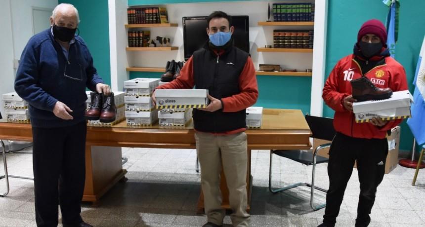 Tres Lomas: El jefe comunal entregó calzado de seguridad a trabajadores del Corralón