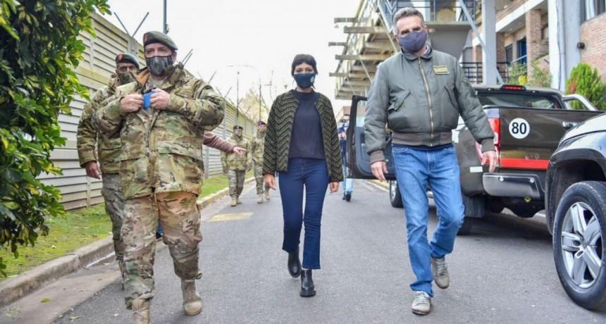 Mayra Mendoza y Agustín Rossi visitaron la base operativa del ejército que funciona en el Estadio Centenario