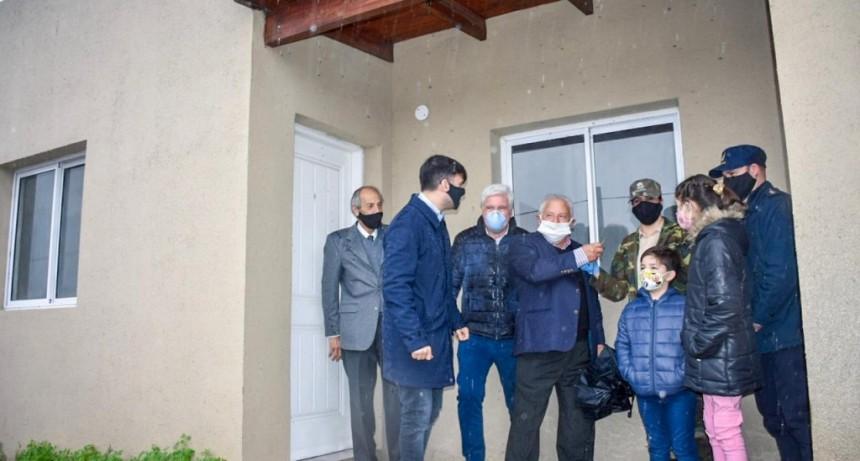 Castelli: El intendente Echarren entregó las 24 viviendas del Barrio de Policía