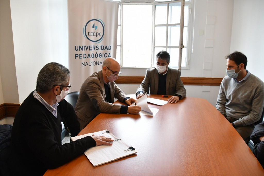 Lobos: El Intendente firmó un convenio con la Universidad Pedagógica Nacional