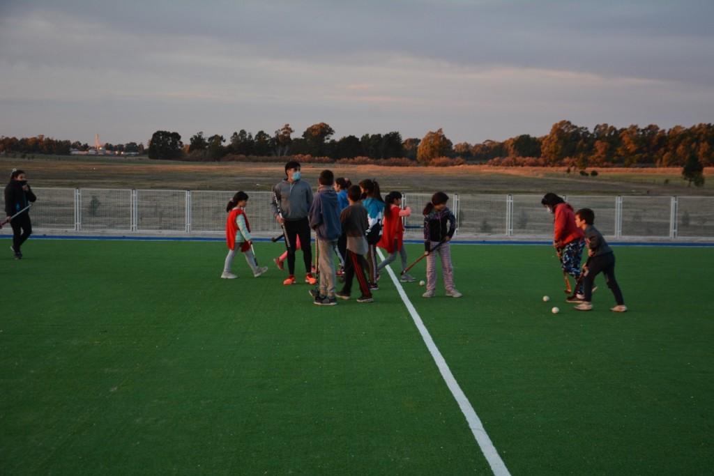 Tres Arroyos: Entrenamiento en la cancha de hockey de la escuela barrial